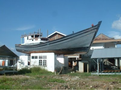 https://bandaacehkotamadani.files.wordpress.com/2012/09/boat-atas-rumah.jpg