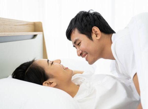 Tips Tetap Nyaman Berhubungan Intim Meski Sudah Lama Menikah